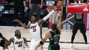 Bam Adebayo, del Heat de Miami, blquea un disparo de Jayson Tatum, de los Celtics de Boston, en el primer partido de la final de la Conferecia del Este, el martes 15 deseptiembre de 2020, en Lake Buena Vista, Florida
