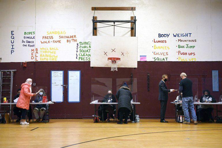 Votantes se apuntan para recibir sus boletas en un centro de votación ubicado en el Domus Kids