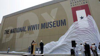 En esta fotografía de archivo del dos de junio de 2006 participantes observan la develación de nuevo nombre del Museo Nacional del Día D, renombrado como Museo Nacional de la Segunda Guerra Mundial, en Nueva Orleáns.