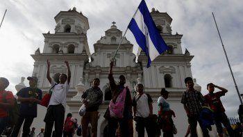 Migrantes hondureños que viajan hacia Estados Unidos visitan la Basílica de Esquipulas (Guatemala) y oran para pedir protección antes de continuar su viaje hacia la frontera entre Guatemala y México.