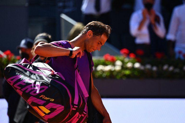 El español Rafael Nadal se marcha después de su partido de cuartos de final de individuales del torneo ATP Tour Madrid Open de tenis 2021 contra el alemán Alexander Zverev en la Caja Mágica de Madrid el 7 de mayo de 2021.