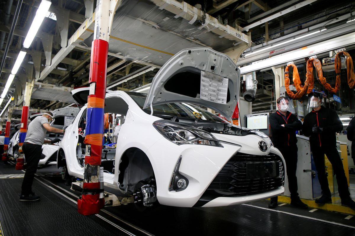 Varios empleados trabajan en una planta de emsamblaje de Toyota en EEUU.