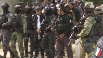 En esta imagen del 2 de mayo de 2017, Dámaso López, uno de los líderes del cartel de Sinaloa, es escoltado por la policía después de ser arrestado en un edificio de la Ciudad de México.