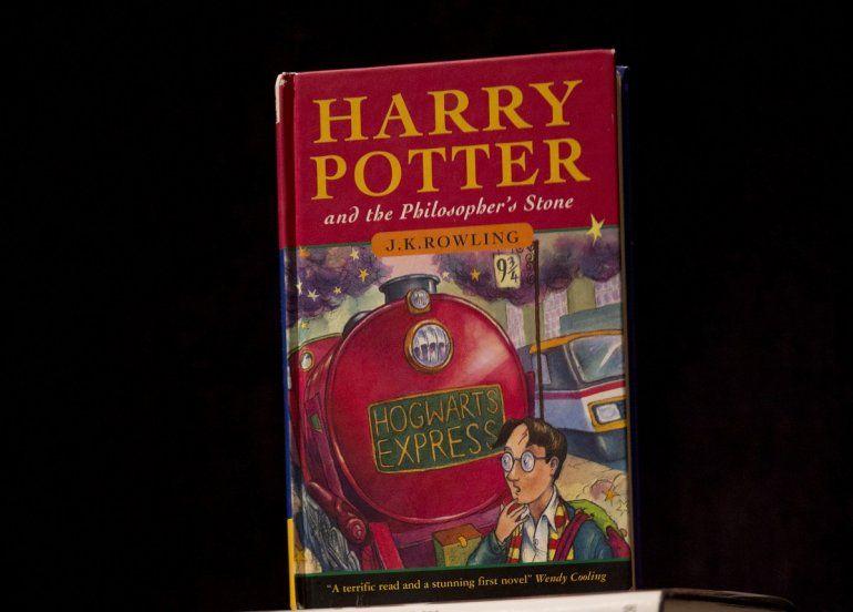 Fotografía del 20 de mayo de 2013 de una copia de la primera edición del primer libro de la serie de Harry Potter