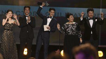 De izquierda a derecha, Park So-dam, Lee Sun Gyun, Choi Woo-shik, Lee Jeong-eun y Kang-Ho Song aceptan el Premio SAG al mejor elenco para Parasite el domingo 19 de enero del 2020 en Los Angeles.