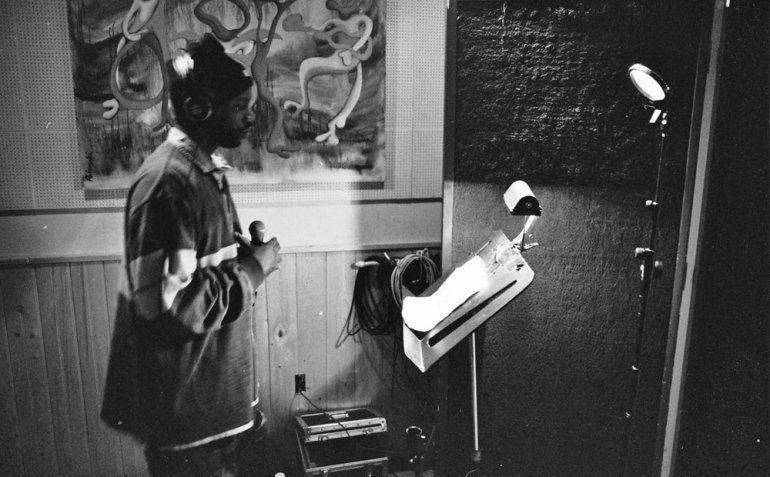 Esta imagen proporcionada por @mpozitolbertphotography muestra a Malik B en el estudio. El rapero y miembro fundador de The Roots