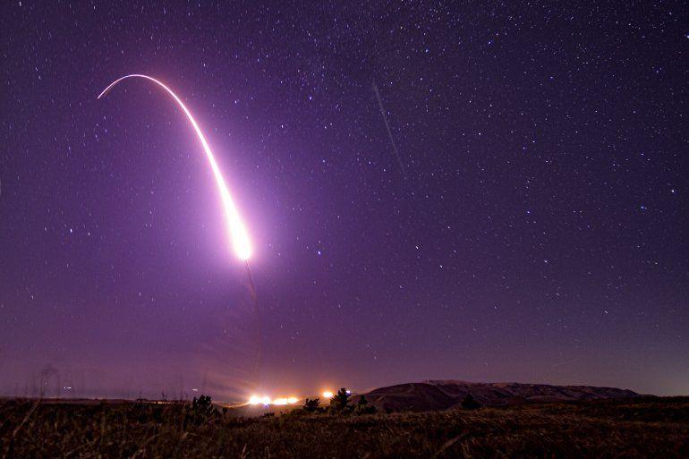 Imagen difundida por la Fuerza Aérea de Estados Unidos muestra el lanzamiento de prueba de un misil balístico intercontinental no armado Minuteman 3 en la Base Vandenberg