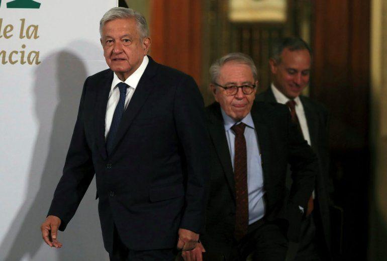 El presidente mexicano Andrés Manuel López Obrador es seguido por el secretario de Salud Jorge Alcocer y el subsecretario Hugo López al llegar a su conferencia de prensa matutina diaria en el palacio presidencial en la Ciudad de México