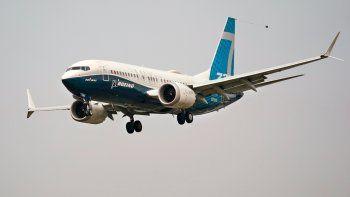 Un Boeing 737 Max piloteado por el jefe de la Administración Federal de Aviación, Steve Dickson, se apresta a aterrizar en Boeing Field tras un vuelo de ensayo en Seattle, el 30 de septiembre de 2020.