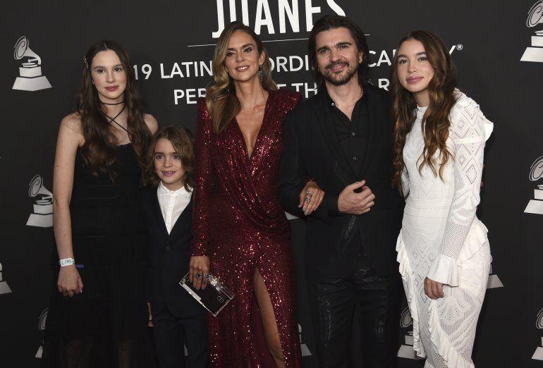 Juanes llega con su esposa