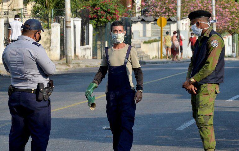 Dos agentes de la policía del régimen de La Habana son vistos en la barriada El Carmelo