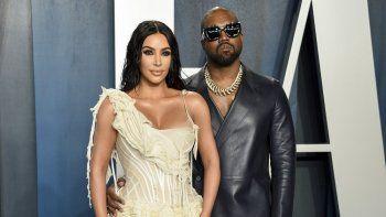Kim Kardashian West, izquierda, y Kanye West llegan a la Vanity Fair Oscar Party en Beverly Hills, California, el 9 de febrero de 2020. Kardashian West está pidiendo al público que muestre compasión y empatía con su esposo Kanye West, quien dice que es bipolar.