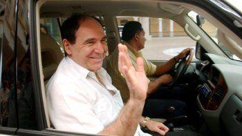En esta fotografía de archivo del 6 de mayo de 2005, el expresidente ecuatoriano Abdalá Bucaram abandona el Ministerio de Relaciones Exteriores en la Ciudad de Panamá, donde se le concedió asilo político.