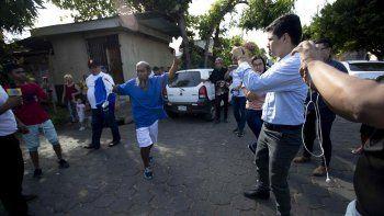 El veterano maratonista Alex Vanegas (cen.), celebra su liberación este 27 de febrero tras ser detenido por el régimen de Daniel Ortega el 2 de noviembre último cuando cantaba el Himno Nacional de Nicaragua en un cementerio de Managua.