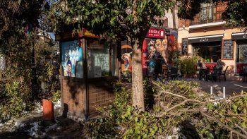 Ramas rotas se amontonan en las calles de Madrid, el jueves 14 de enero de 2021. Con montones de hielo y nieve todavía cubriendo la mayoría de sus calles, la capital española ha comenzado a lidiar con el problema de la basura y los escombros apilados en las calles.