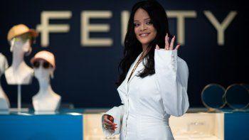En esta foto de archivo tomada el 22 de mayo de 2019, la cantante de Barbados Rihanna posa durante un evento promocional de su marca Fenty en París el 22 de mayo de 2019.