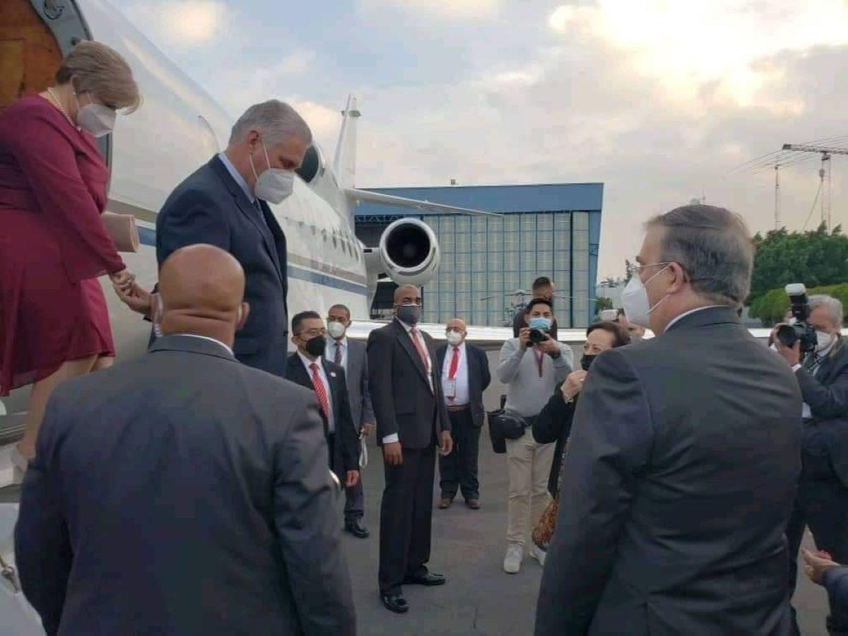 Miguel Díaz-Canel arriba a México en avión con matrícula de Venezuela.