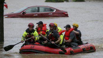 Rescatan a residentes de las viviendas Crescent at Lakeshore en Homewood, Alabama en medio de lluvias torrenciales que provocaron inundaciones el 4 de mayo de 2021.