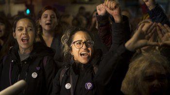 Mujeres gritan consignas afuera del Ministerio de Justicia tras un fallo sobre un caso de ataque sexual criticado ampliamente, en Madrid, España, el lunes 4 de noviembre del 2019.