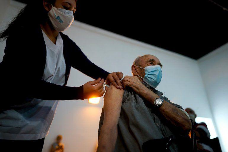 Una enfermera administra una dosis de la vacuna Sputnik V COVID-19 a un anciano en el Parque Tecnopolis