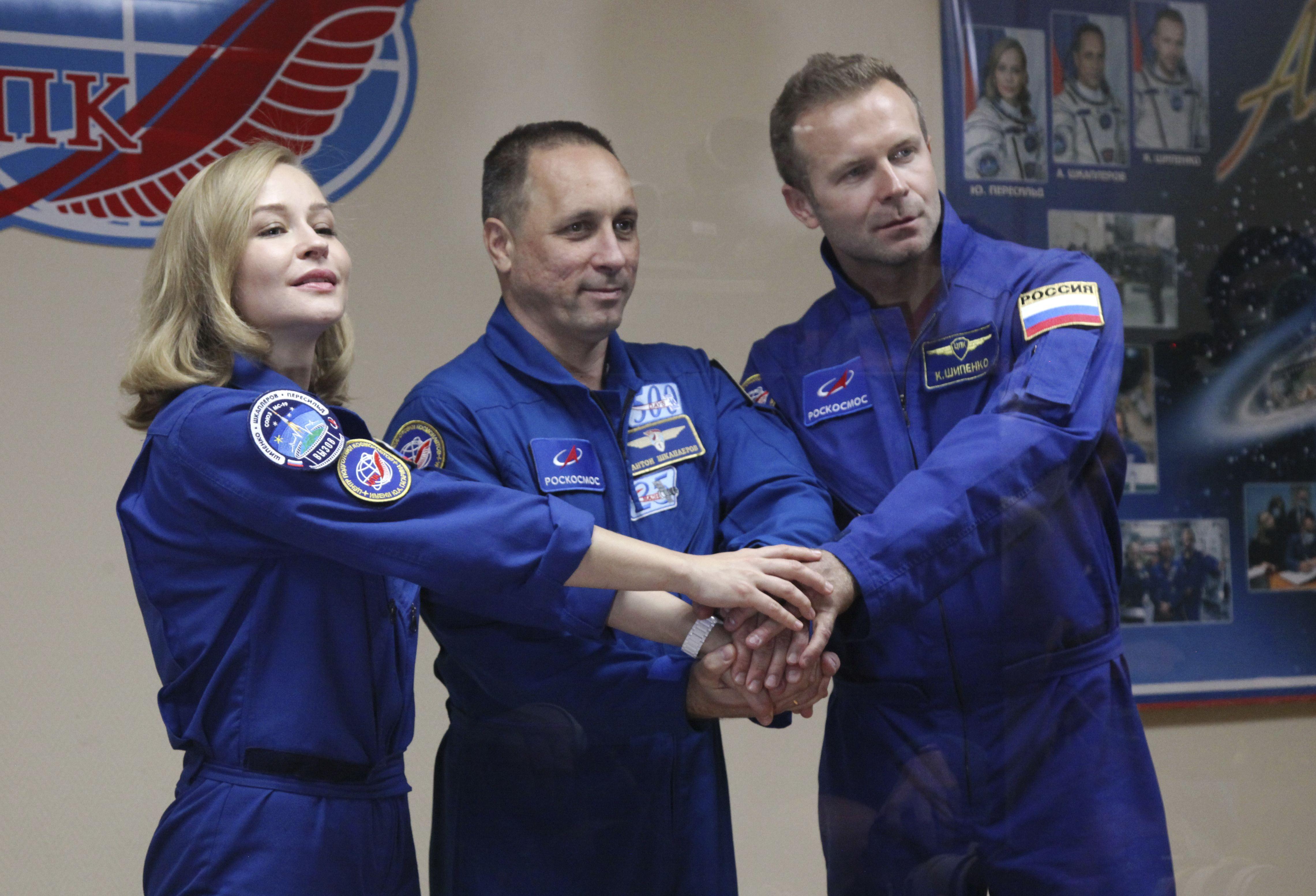 En esta foto proporcionada por la agencia espacial de Rusia Roscosmos, la actriz Yulia Peresild, el director Klim Shipenko y el cosmonauta Anton Shkaplerov, miembros de la tripulación principal de la nave espacial Soyuz MS-19.