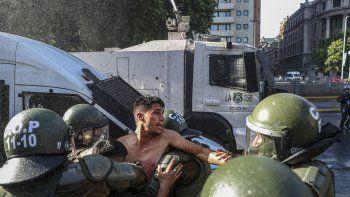 Un manifestante es detenido por la policía durante una protesta contra el presidente Sebastián Piñera exigiendo su renuncia en Santiago de Chile, el miércoles 18 de noviembre de 2020