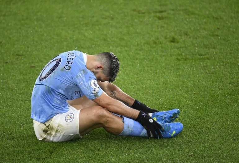 El delantero argentino de Manchester City Sergio Agüero está sentado en la cancha tras tropezar durante un partido de la Liga Premier inglesa contra Newcastle el 26 de diciembre del 2020.