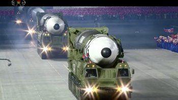 Esta imagen tomada de un video emitido por la televisora norcoreana KRT muestra un desfile militar con lo que parece un posible misil nuevo de combustible sólido, en la plaza Kim Il Sung en Pyongyang, el sábado 10 de octubre de 2020.