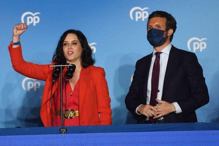 La presidenta regional de Madrid y candidata del Partido Popular (PP) Isabel Díaz Ayuso (izquierda) pronuncia un discurso mientras celebra su victoria en las elecciones regionales de Madrid junto al líder del PP