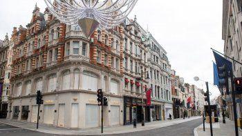 Esta foto del martes, 17 de noviembre del 2020 en Londres muestra negocios cerrados en la desierta New Bond Street, en momentos en que Inglaterra continúa un encierro de cuatro semanas para combatir la diseminacion del coronavirus.