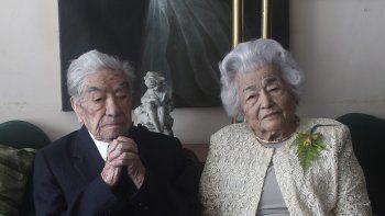 Los esposos Julio Mora Tapia, de 110 años, Waldramina Quinteros, de 104, ambos profesores retirados, posan para una foto en su hogar en Quito, Ecuador, el viernes 28 de agosto de 2020.