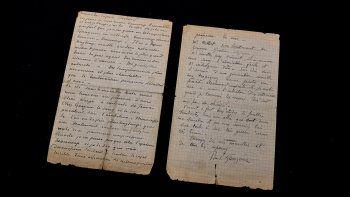 Esta imagen muestra una carta coescrita por el pintor holandés Vincent Van Gogh y el pintor francés Paul Gauguin en la víspera de su subasta en la casa de subastas Drouot en París el 15 de junio de 2020.
