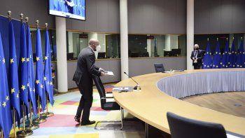 El presidente del Consejo Europeo, Charles Michel, arriba para participar de una videoconferencia preparatoria de la próxima cumbre de la UE, en la sede del Consejo en Bruselas.