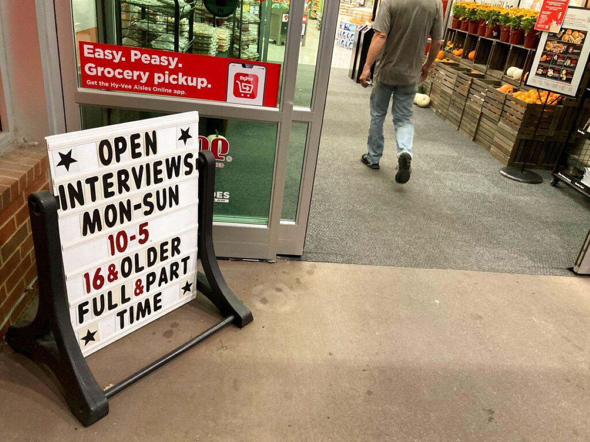 Un cartel anuncia empleos en la entrada de una tienda de abastecimientos de Hy-Vee en Sioux Falls, Dakota del Sur.