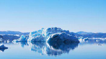 Los tres mayores glaciares de Groenlandia, isla que contiene hielo suficiente para hacer subir el nivel del mar más de un metro, podrían derretirse más rápido de lo anticipado por las previsiones más alarmistas