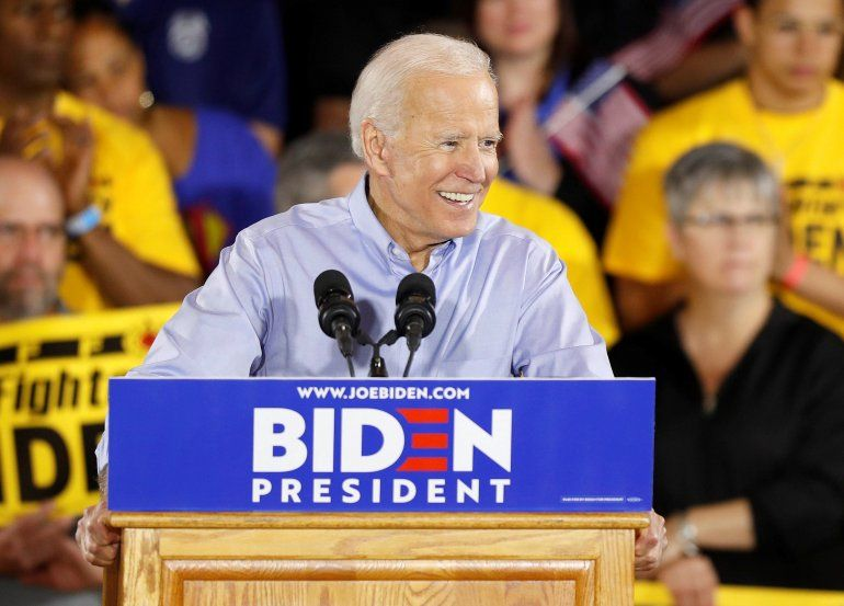 El exvicepresidente estadounidense JoeBidenhabla durante su primer evento de campaña este lunes