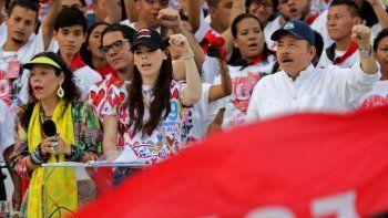 Los dictadores Rosario Murillo y Daniel Ortega con su hija Camila Ortega Murillo, durante el acto del 40 aniversario de la llamada revolución sandinista. EEUU ha impuesto sanciones a Ortega, su familia, y otros integrantes de su régimen en Nicaragua.