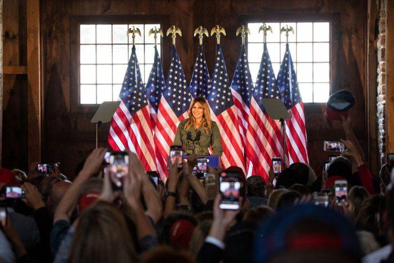 La primera dama Melania Trump habla con los partidarios del presidente Trump en un evento Make America Great Again en Atglen