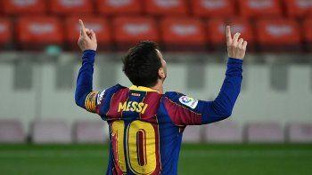 El delantero argentino del Barcelona Lionel Messi celebra tras marcar el tercer gol de su equipo durante el partido de fútbol de la Liga española entre el Barcelona y el Getafe en el estadio Camp Nou de Barcelona el 22 de abril de 2021