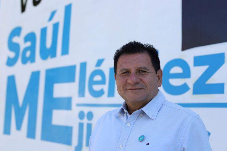 El exguerrillero Saúl Meléndez posa para una foto frente a la Casa de Campaña del partido Nuevas Ideas en Mejicanos