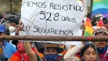Un partidario del candidato presidencial ecuatoriano Yaku Pérez sostiene una pancarta que dice Hemos resistido 528 años durante una manifestación frente al Consejo Nacional Electoral (CNE), donde Pérez y su competidor Guillermo Lasso realizaron una reunión con miembros del CNE y la OEA, en Quito, el 12 de febrero de 2021.