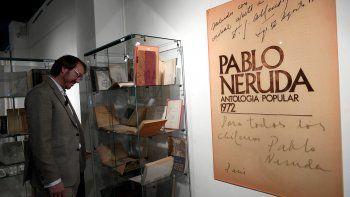 El coleccionista español Santiago Vivanco mira su colección durante la presentación de la subasta Primeras ediciones, manuscritos, correspondencia, fotografías, etc. de Pablo Neruda en Barcelona el 27 de febrero de 2020.