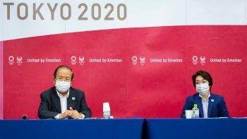 El director general de los Juegos de Tokio, Toshiro Muto, izquierda, y la presidenta del comité organizador, Seiko Hashimoto, atienden una conferencia de prensa luego de recibir un reporte de expertos en enfermedades infecciosas, el viernes 18 de junio de 2021, en Tokio