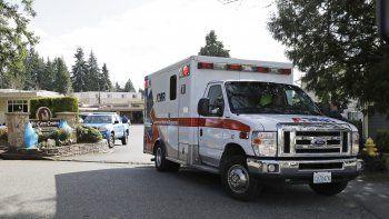 En esta foto del 12 de marzo de 2020, una ambulancia sale del Life Care Center en Kirkland, Washington, que ha estado en el centro del brote de COVID-19 en el estado. El coronavirus se propaga por todo el país, lo que pone a las personas de edad especialmente en riesgo.