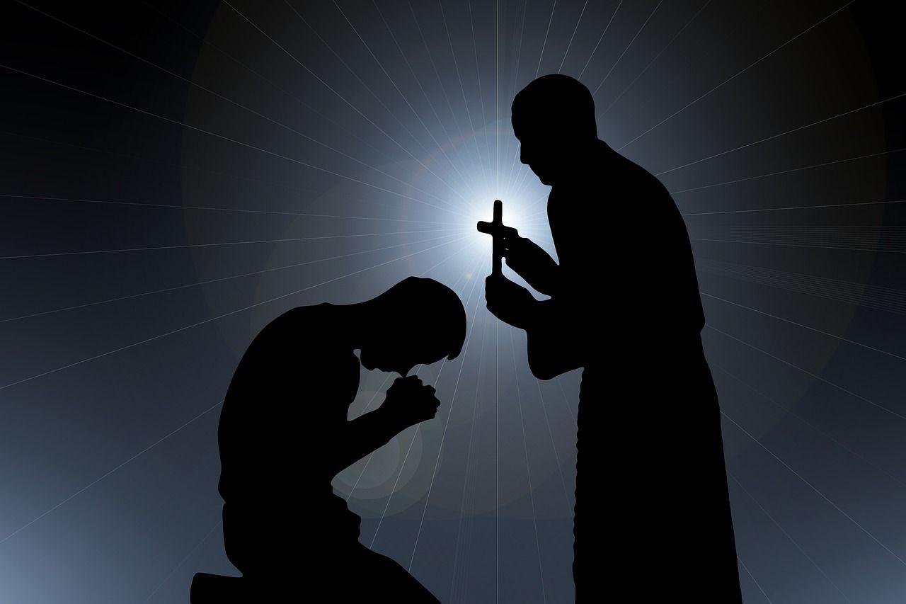 Sacerdotes deben alertar de abusos a menores pese al secreto de confesión