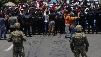 En esta imagen de archivo, tomada el 5 de junio de 2019, las autoridades mexicanas frenan a una caravana de migrantes que había cruzado la frontera desde Guatemala, cerca de Metapa, en el estado de Chiapas, México.