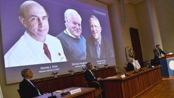 Thomas Perlmann, en el extremo derecho, secretario de la Asamblea del Nobel, anuncia los ganadores del Nobel de Medicina en una conferencia de prensa en el Instituto Karolinska de Estocolmo, Suecia, el lunes 5 de octubre de 2020. La entrega iniciará esta semana.