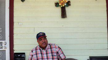 En esta foto del 24 de marzo del 2020, David McGraw posa para una foto en el portal de su casa en Nueva Orleáns. Hace apenas una semana, McGraw estaba cocinando diariamente para centenares de comensales en uno de los ilustres restaurantes en Nueva Orleáns. Ahora, está cocinando para sí mismo, en casa. Fue despedido junto con centenares de miles de personas en Estados Unidos a causa de la crisis causada en la economía por la pandemia de coronavirus.