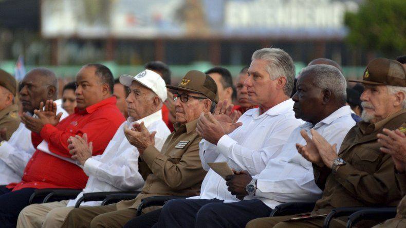 El exdictador de Cuba, Raúl Castro, vestido de uniforme, y el actual mandatario, Miguel Díaz-Canel, tercero a la derecha, aplauden durante un evento que celebra el Día de la Revolución, acompañado por el Comandante de la Revolución Cubana, Ramiro Valdés, a la izquierda, y José Ramón Machado Ventura, segundo secretario del Comité Central, en Bayamo, Cuba, el viernes 26 de julio de 2019.