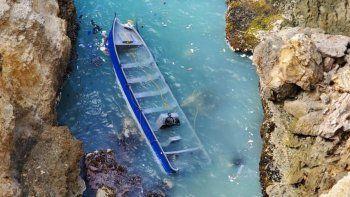 En la foto tomada por oficiales federales de la Agencia de Aduanas y Protección Fronteriza se observa la embarcación de fibra de vidrio que quedó irrecuperable y donde se encontraron los fardos conteniendo la cocaína de acuerdo a las autoridades.
